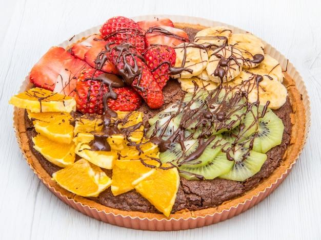 Tarta czekoladowa z mieszanką świeżych owoców