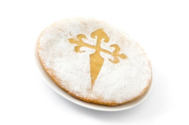 Tarta de santiago tradycyjne ciasto migdałowe z santiago w hiszpanii, na białym tle