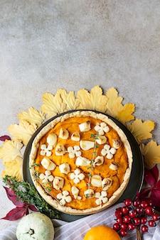 Tarta dyniowa lub ciasto z fetą i tymiankiem koncepcja sezonu jesiennego przytulne jesienne jedzenie w tle