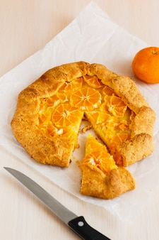 Tarta Galette Ze świeżymi Mandarynkami. Otwórz Ciasto Z Mandarynkami Premium Zdjęcia