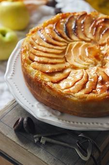 Tarta jabłkowa, styl rustykalny, selektywne focus.