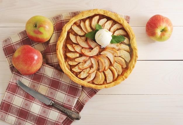 Tarta jabłkowa z gałką lodów