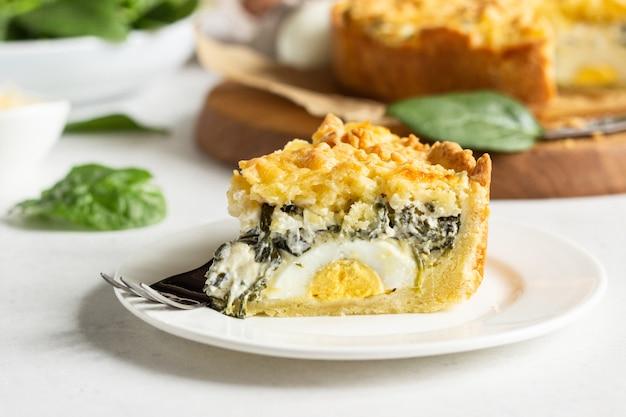 Tarta lub ciasto ze szpinakiem, ricottą i jajkami. torta pascualina.