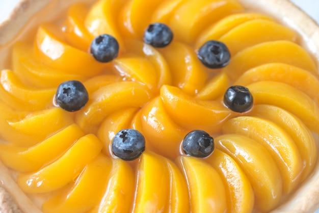 Tarta z brzoskwiniami i jagodami