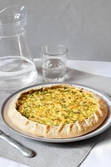 Tarta z jajkami i zieloną cebulą na talerzu
