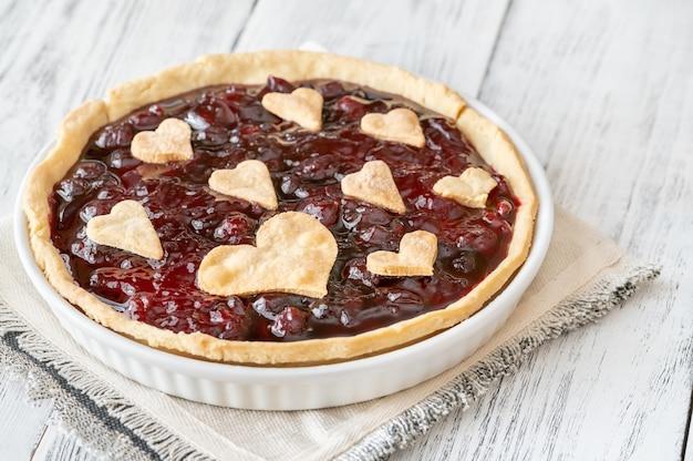 Tarta z konfiturą wiśniową ozdobiona sercami, zbliżenie