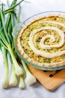 Tarta z kozim serem i zieloną cebulą