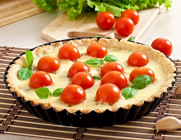 Tarta z pomidorem i serem z bazylią
