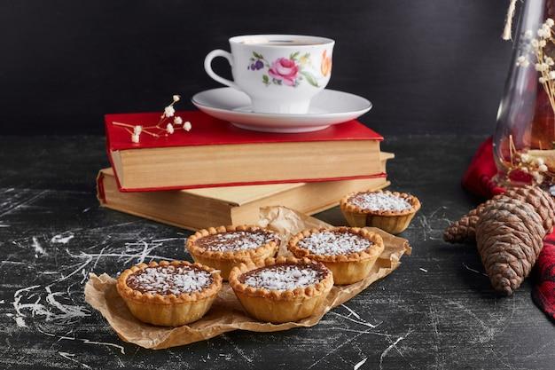 Tartaletki z nadzieniem czekoladowym i kokosem z filiżanką herbaty.