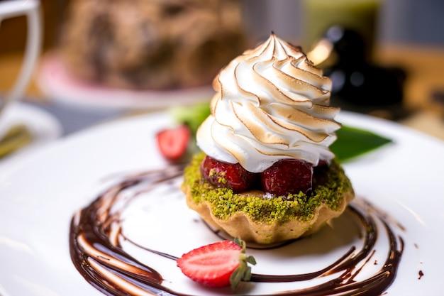Tartlets z pistacjami widok z boku krem truskawkowy krem czekoladowy