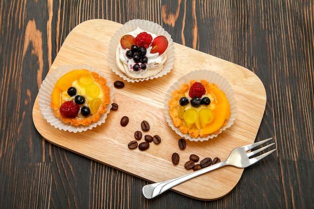 Tartlets ze słodką śmietaną i świeże jagody soczyste