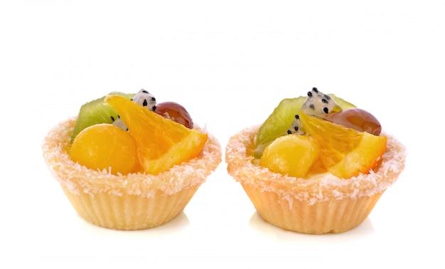 Tarty owocowe na białym tle