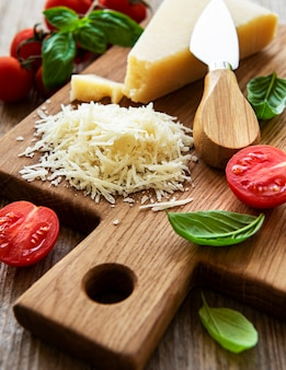 Tarty parmezan z bazylią i pomidorami