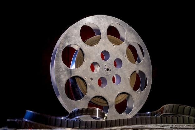 Taśma filmowa 35 mm z dramatycznym oświetleniem w ciemności