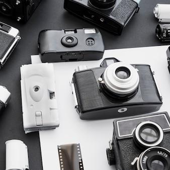 Taśma filmowa w pobliżu starych aparatów fotograficznych