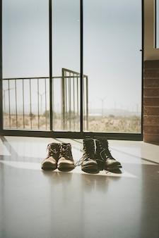 Taśma filmowa ze zdjęciem dwóch par butów