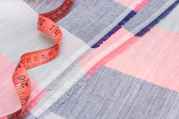 Taśma miernicza jest na tkaninie bawełnianej. koncepcja szycia, szycie z naturalnych tkanin.