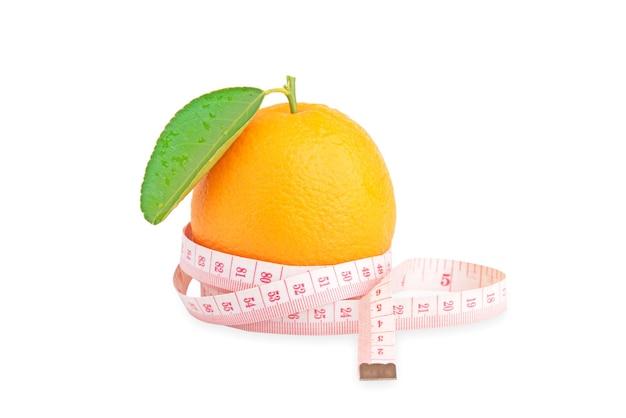 Taśma miernicza w pasie. pomarańczowa miara w pasie. na białym tle