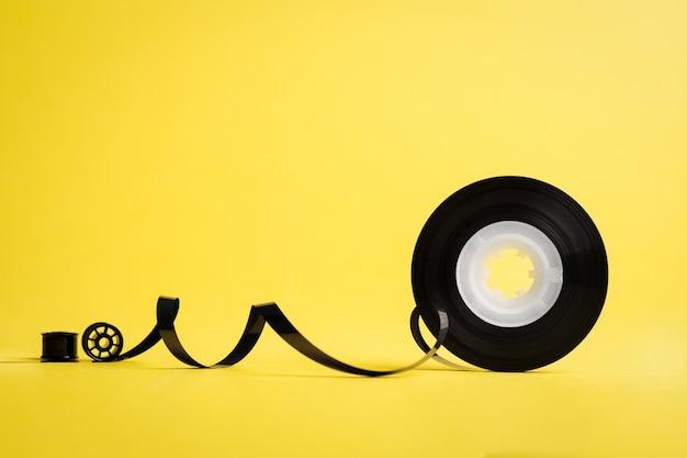 Taśma muzyczna na żółtej ścianie
