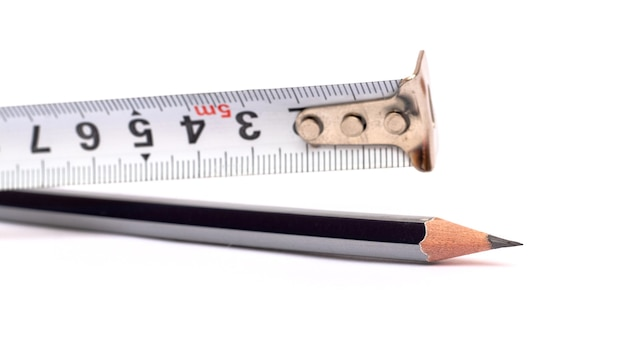 Taśma ruletki i prosty ołówek na białym tle