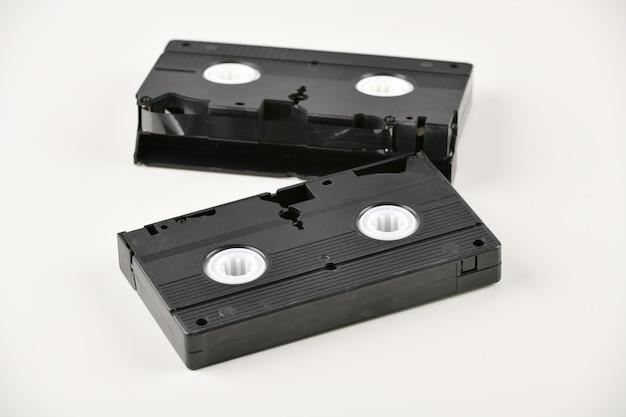 Taśma wideo. popkultura medialna lat 80. nagrywanie wideo na jasnym tle. widok z góry. bardzo stara taśma wideo