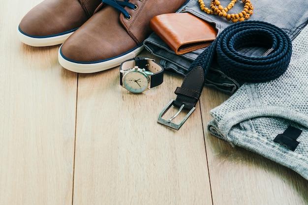 Taśmowe drewniane elegancji ubrania męskie