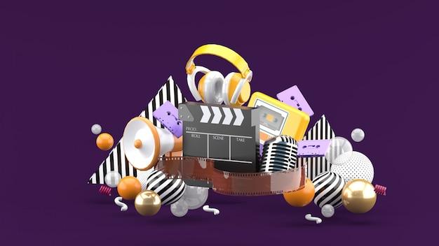 Taśmy filmowe i klapy oraz rozrywka na fioletowej przestrzeni