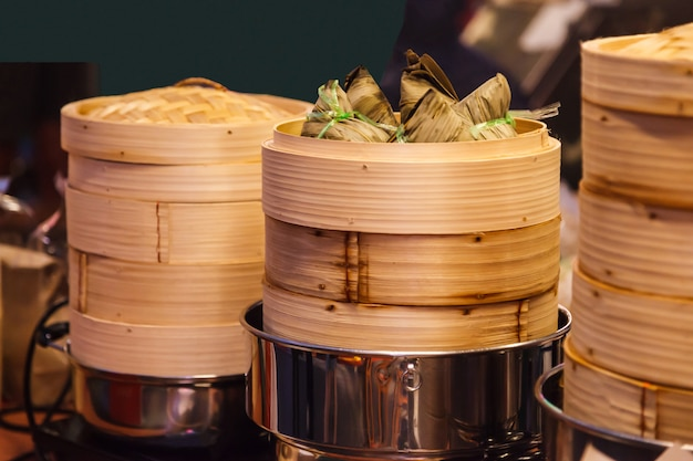 Tasty thai street food cuisine, zongzi (lepkie ryżowe pierogi, ba-chang)