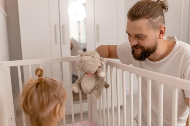 Tata bawi się z córką