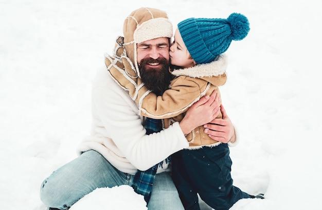 Tata i chłopiec korzystających z natury zimą