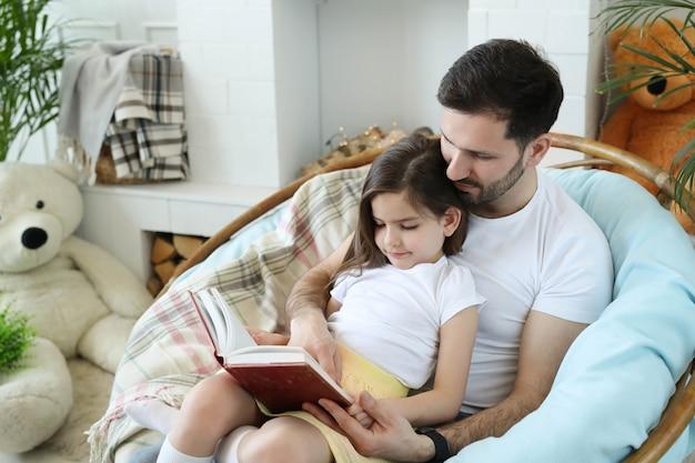 Tata i córka razem w domu
