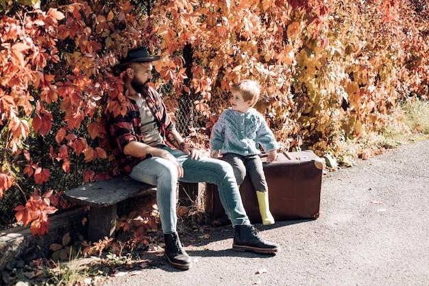 Tata i dziecko się śmieją. szczęśliwy radosny ojciec z uroczym synem w kowbojskim kapeluszu. podróże rodzinne i wakacje. dzień ojca - koncepcja.