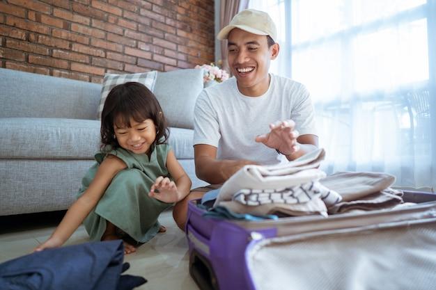 Tata i dziecko szczęśliwie przygotowują się do wakacji