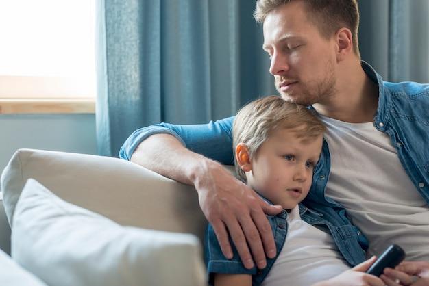 Tata i syn dzień ojca siedzą na kanapie
