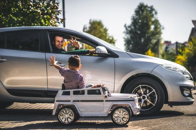Tata i syn jeżdżący swoimi samochodami