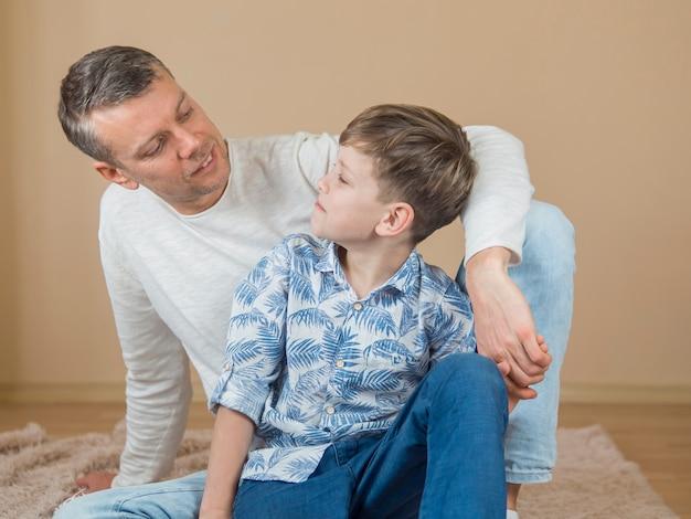 Tata i syn ojca patrzą na siebie