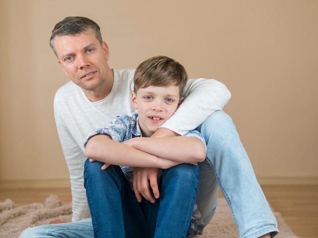 Tata i syn ojca spędzają razem czas