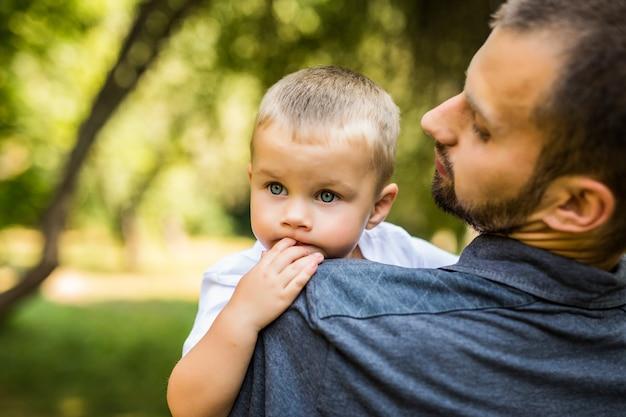 Tata i syn, zabawy w parku w letni dzień. rodzina.