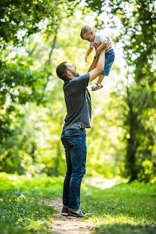Tata i syn, zabawy w parku w letni dzień