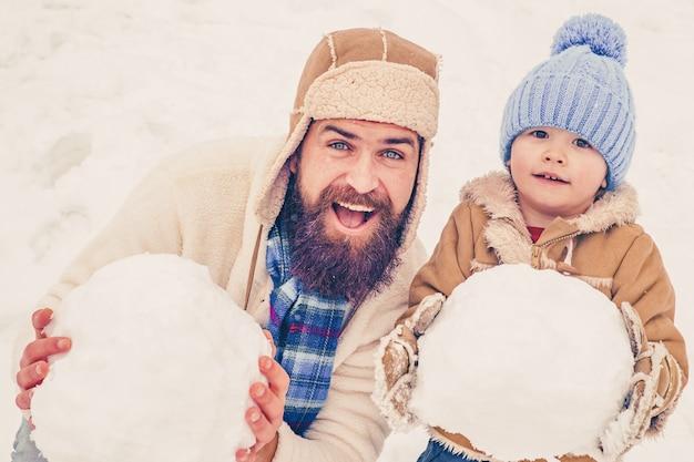 Tata i synek bawią się razem na świeżym powietrzu