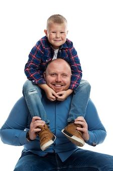 Tata i synek uśmiechają się i przytulają. miłość i czułość w związku. odosobniony.
