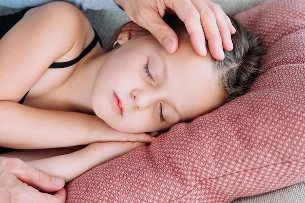 Tata pieści głowę śpiącej córki. prawdziwa nieskończona miłość i szczęście. więź rodzinna.