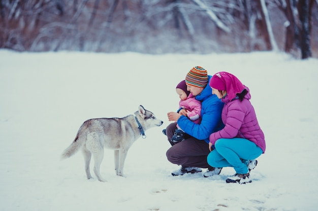 Tata pokazujący swojej uroczej córeczce opady śniegu, zimowy śnieżny dzień