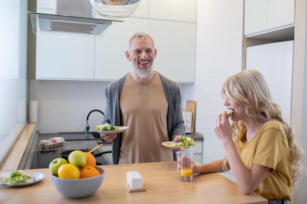Tata robi śniadanie dla swojej blond córki