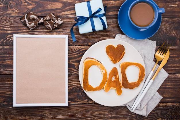 Tata słowo pisać w chlebowych babeczkach na talerzu