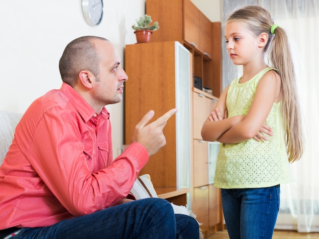 Tata udziela instrukcji dziecku