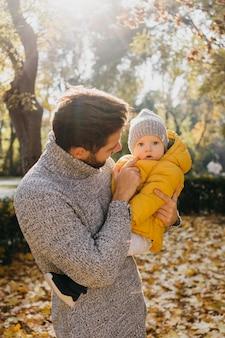 Tata z dzieckiem na zewnątrz