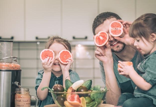Tata z dziećmi w kuchni