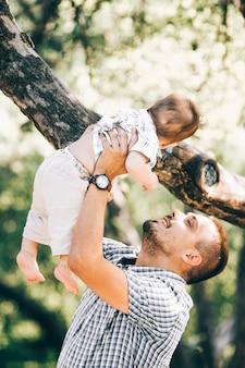 Tata z synem w parku