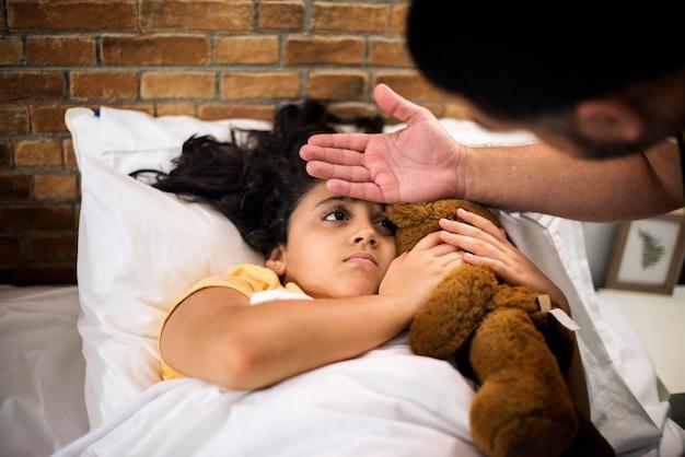 Tata zabierający temperaturę chorej córki